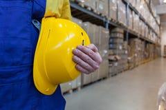 Travailleur dans le haut entrepôt de baie images libres de droits