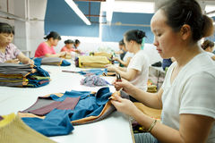 Travailleur dans une usine chinoise de vêtement Images libres de droits