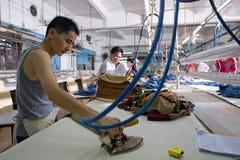 Travailleur dans une usine chinoise de vêtement Photographie stock