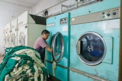 Travailleur dans une usine chinoise de vêtement Photos libres de droits