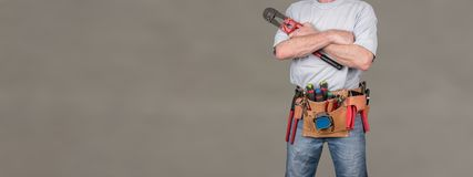 Travailleur de bâtiment avec la ceinture d'outil photographie stock