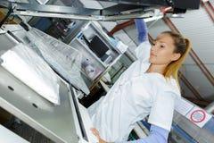 Travailleur de blanchisserie de femme aux nettoyeurs à sec photographie stock