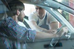 Travailleur de boutique des véhicules à moteur de reapir Image libre de droits