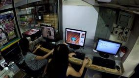 Travailleur de bureau d'opératrice de Madame éditant des fichiers images dans l'ordinateur clips vidéos