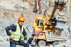 Travailleur de camion à benne basculante à ciel ouvert de chargement d'excavatrice de granit Photos libres de droits
