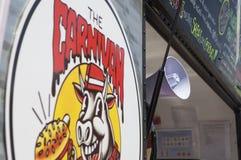 Travailleur de camion de nourriture appelle le costume avec le mégaphone Photo stock