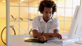 Travailleur de centre d'appels à l'aide du convertisseur analogique-numérique clips vidéos