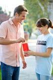 Travailleur de charité se rassemblant de l'homme dans la rue photo stock