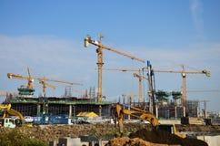 Travailleur de constructeur avec le site de construction de bâtiments de machines photos stock