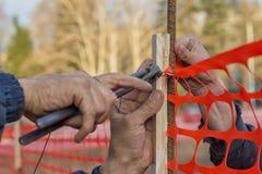 Travailleur de constructeur installant la barrière 2 de sécurité dans la construction Photos stock