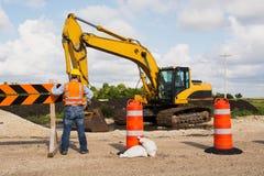 Travailleur de construction de routes de route photographie stock