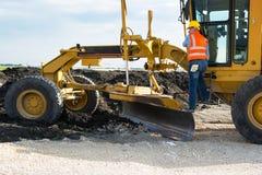 Travailleur de construction de routes de route photographie stock libre de droits