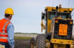 Travailleur de construction de routes de route photo stock