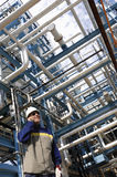 Travailleur de construction et de raffinerie de canalisation Photographie stock libre de droits