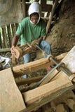 Travailleur de découpage philippin travaillant pour l'industrie du tourisme Photos stock