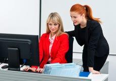 Travailleur de deux collègues dans le bureau avec l'ordinateur photographie stock