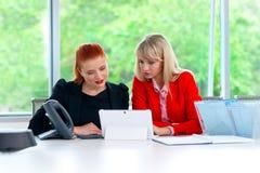 Travailleur de deux collègues dans le bureau avec l'ordinateur Image stock