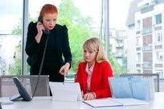 Travailleur de deux collègues dans le bureau avec l'ordinateur Images libres de droits