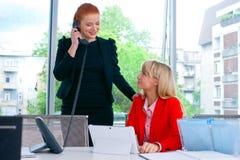 Travailleur de deux collègues dans le bureau avec l'ordinateur Photos stock