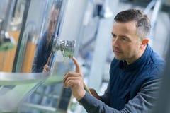 Travailleur de distillerie vérifiant la température photos libres de droits