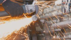 Travailleur de forgeron dans le forg faisant le détail avec la scie circulaire photographie stock libre de droits