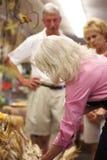 Travailleur de jardinerie aidant des clients Photographie stock libre de droits