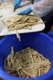Travailleur de l'usine de traitement des denrées alimentaires des produits alimentaires coupant l'asperge photographie stock libre de droits