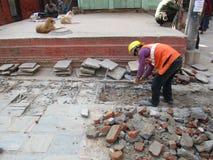 Travailleur de la construction à la route Photo stock