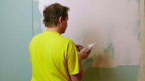 Travailleur de la construction Applying Plaster sur une cloison sèche banque de vidéos