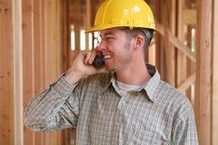 Travailleur de la construction au téléphone image stock