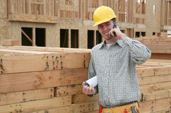 Travailleur de la construction au téléphone photographie stock libre de droits