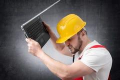 Travailleur de la construction avec l'ordinateur portatif images stock