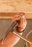 Travailleur de la construction avec le marteau et le clou photos stock