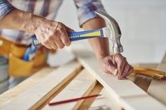 Travailleur de la construction avec le matériel images stock