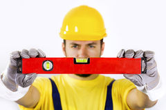 Travailleur de la construction avec le niveau d'esprit photos libres de droits