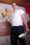 Travailleur de la construction avec un foret image stock