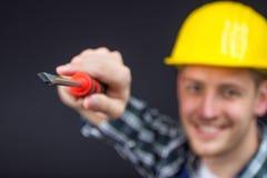 Travailleur de la construction avec un tournevis Photo stock