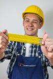 Travailleur de la construction avec une règle Photos libres de droits