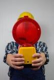 Travailleur de la construction avec une site-lampe rouge de construction Photographie stock