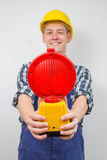 Travailleur de la construction avec une site-lampe rouge de construction Images stock