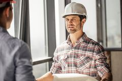 Travailleur de la construction beau partageant avec l'expérience images stock