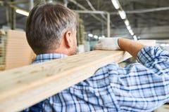 Travailleur de la construction Carrying Wooden Boards photo stock