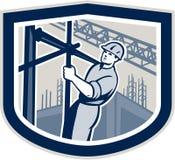Travailleur de la construction Climbing Scaffolding Shield rétro Image stock