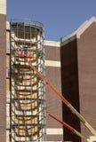 Travailleur de la construction dans une récolteuse de cerise image stock