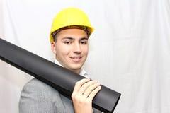Travailleur de la construction de sourire dans le casque jaune Images libres de droits