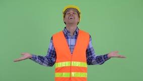 Travailleur de la construction ethnique multi heureux d'homme détendant avec des yeux fermés banque de vidéos