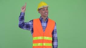 Travailleur de la construction ethnique multi heureux d'homme se dirigeant  clips vidéos