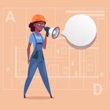 Travailleur de la construction féminin Over Abstract Plan d'Afro-américain d'annonce de Holding Megaphone Making de constructeur  Photos stock