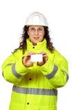 Travailleur de la construction féminin retenant une carte vierge image stock
