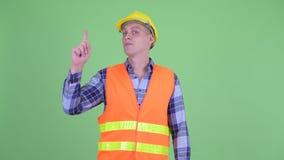 Travailleur de la construction heureux de jeune homme se dirigeant  banque de vidéos